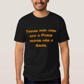 Die, die weg von einer Paris-Brücke springen, sind Hemden