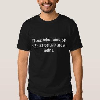 Die, die weg von einer Paris-Brücke springen, sind T-Shirts