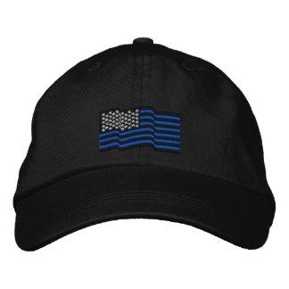 Die dünnen blauen Linien gestickte Kappe