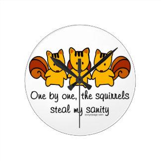 Die Eichhörnchen stehlen meine Vernunft Runde Wanduhr