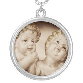 Die Engel der Mutter, die schöne Halskette der Fra