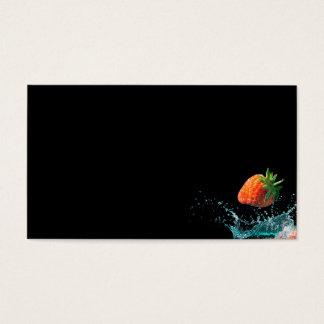 Die Erdbeeren, die in Wasser mit fallen, spritzt Visitenkarte