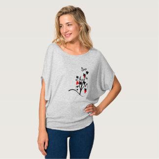 Die flowy Spitze der schönen Frauen mit stilvollem T-Shirt