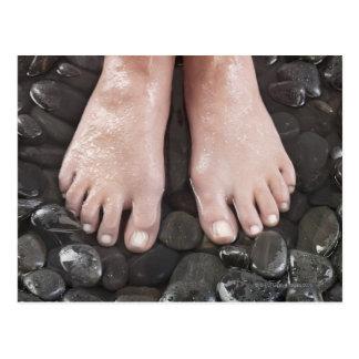 Die Füße der Frau auf Kieseln Postkarte