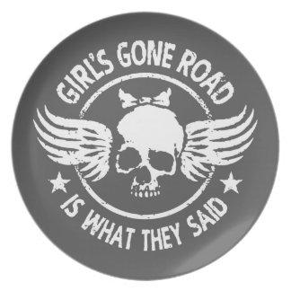 Die gegangene Straße des Mädchens Teller