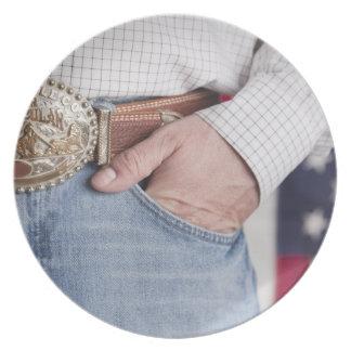 Die Hand des Mannes in der Tasche seiner Jeans Flache Teller