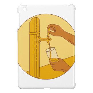 Die Hand, die Glas-strömendes Bier hält, stechen iPad Mini Hülle