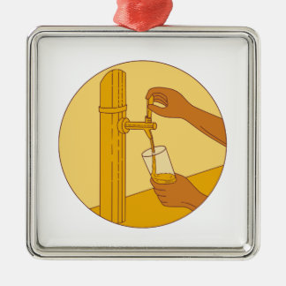 Die Hand, die Glas-strömendes Bier hält, stechen Silbernes Ornament