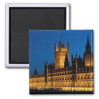 Die Häuser des Parlaments nachts in der Stadt von Quadratischer Magnet