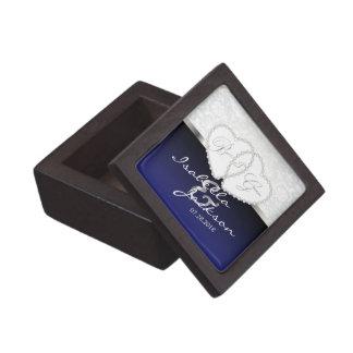 Die Hochzeits-Entwurf des Paares in dunkelblauem Schachtel