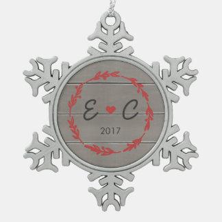 Die Initialen-Verzierung des roten Kranz-Paares Schneeflocken Zinn-Ornament