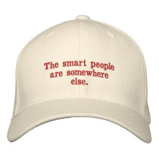 Die intelligenten Leute sind irgendwo sonst Bestickte Baseballkappe