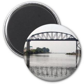 Die internationale Friedensbrücke Runder Magnet 5,7 Cm