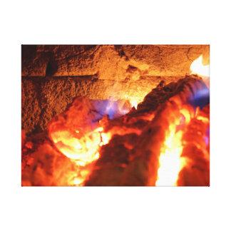 Die Kaminwand, die langsam durch das Brennen der Leinwanddruck