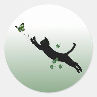 Die Katze u. der Schmetterling Runder Aufkleber