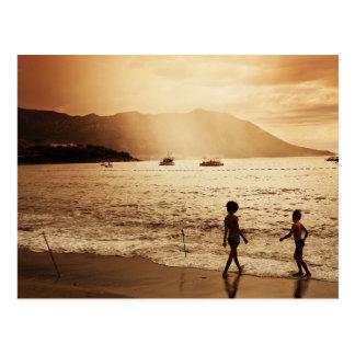 Die Kinder, die auf dem Strand im Sepia spielen, Postkarte