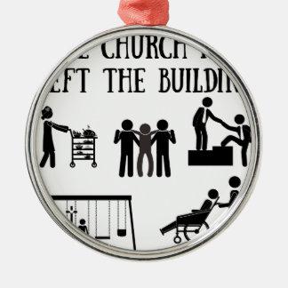 Die Kirche hat das Gebäude verlassen Rundes Silberfarbenes Ornament