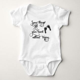 Die Kleidung der Kinder mit Abdrücken Baby Strampler