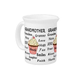 Die kleinen Kuchen der Großmutter für Großmütter Getränke Pitcher