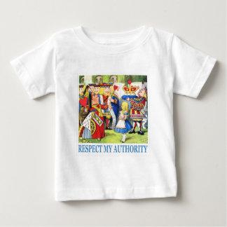 """Die Königin erklärt Alice, """"respektieren Sie meine Baby T-shirt"""