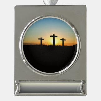 Die Kreuzigungs-Kreuze am Sonnenuntergang Banner-Ornament Silber