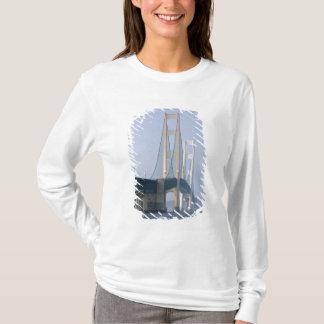 Die Mackinac Brücke, welche die Straßen von T-Shirt