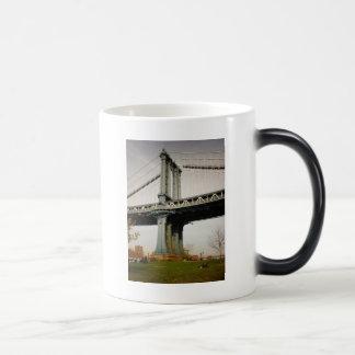 Die Manhattan-Brücke, Ansicht von Brooklyn Verwandlungstasse