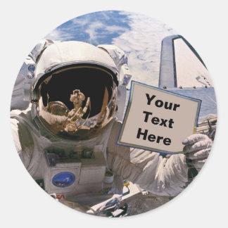 Die NASA-Astronaut, der Zeichen hält - addieren Runder Aufkleber