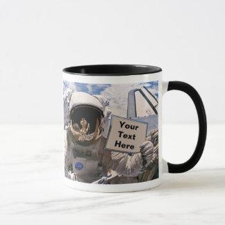 Die NASA-Astronaut, der Zeichen hält - addieren Tasse
