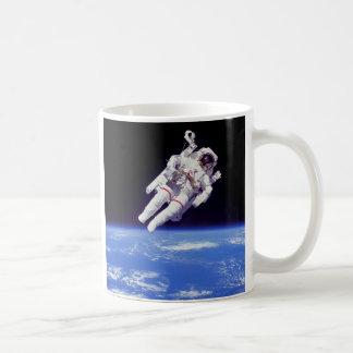 Die NASA-Astronaut Jetpack Spacewalk-Erdbahn-Foto Kaffeetasse