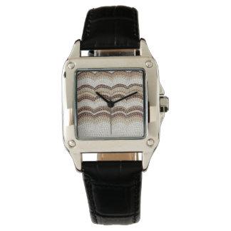 Die quadratische schwarze lederne Uhr der beige