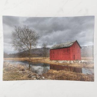 Die rote Scheune, die im Teich-Winter-Teller sich Dekoschale
