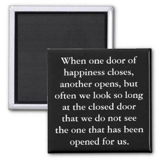Die Tür des Glück-Magneten Quadratischer Magnet