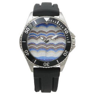 Die Uhr der blauen Mosaik-Männer