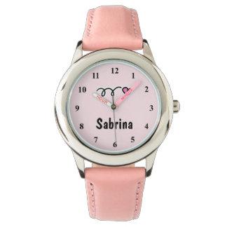 Die Uhren des Kindes mit rosa Herzen und Namen des