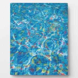Die Unterseite des Pools der mehrfarbigen Fliesen Fotoplatte