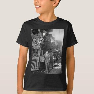 Die Vintage Lokomotive Roundhouse-Gallonen T-Shirt