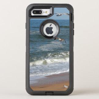 Die Wellen, die leicht auf einen Strand als OtterBox Defender iPhone 8 Plus/7 Plus Hülle