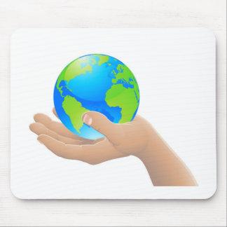 Die Welt in Ihrem Handkonzept Mauspads