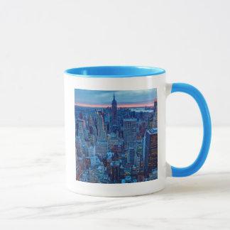 Die Wolkenkratzer von Manhattan werden beleuchtet Tasse