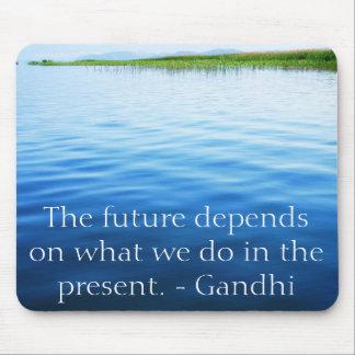 Die Zukunft hängt von ab, was wir im Geschenk tun Mousepad