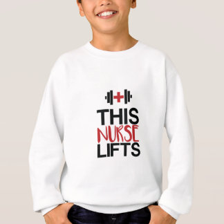Diese Krankenschwester hebt an Sweatshirt