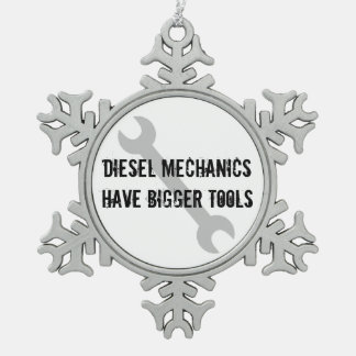 Dieselmechaniker haben größere Werkzeuge Schneeflocken Zinn-Ornament