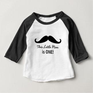 Dieser kleine Mann ist einer, Schnurrbart Baby T-shirt