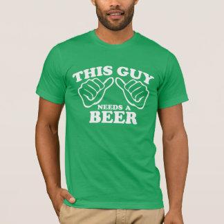 Dieser Typ benötigt ein Bier T-Shirt