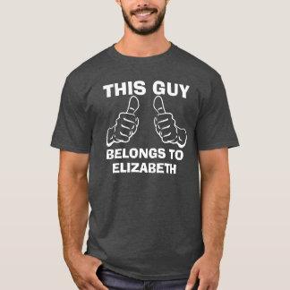 Dieser Typ gehört, um Namensgewohnheit einzutragen T-Shirt