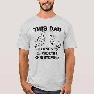 Dieser Vati gehört, um Gewohnheits-Kindernamen T-Shirt