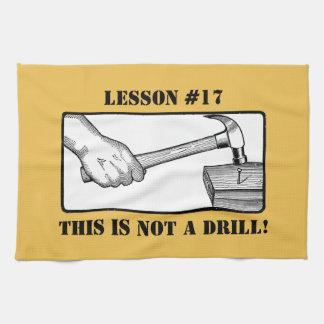 Dieses ist nicht ein Bohrgerät - Hand, Hammer, Küchentuch