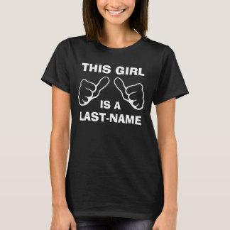 Dieses Mädchen ist eingebenNachname T-Shirt