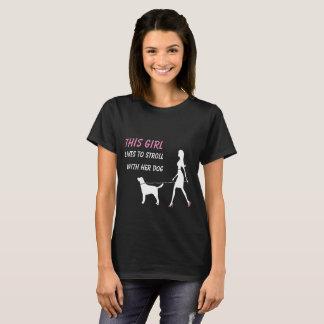 Dieses Mädchen mag mit ihrem Hund schlendern T-Shirt